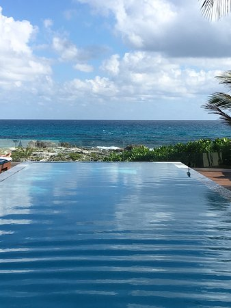Hotel Secreto: Lovely pool and secluded beach