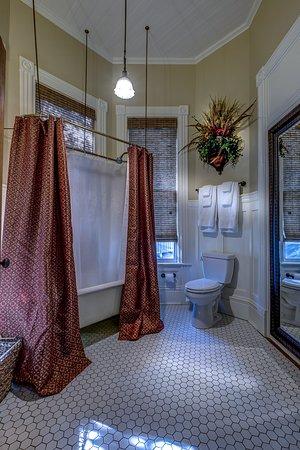 Auburn, AL: En Suite Bath in Hare