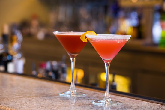 10 Below Restaurant & Lounge: Cocktails - enjoy Happy Hour from 4-6 pm & 9-11 pm everyday!