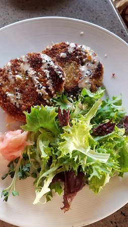 Sam Choy's : Crab Cakes - no dressing on the greens, more bread than crab.