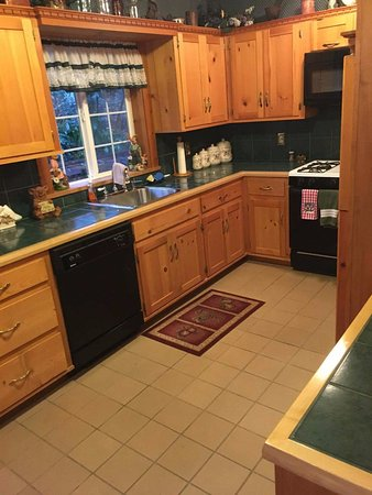 Bear's Lair Bed & Breakfast: Kitchen is Massive and fully loaded