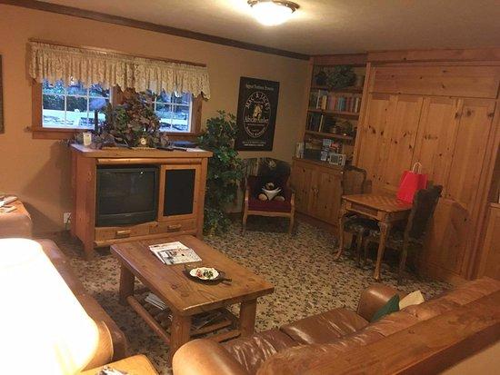 Bear's Lair Bed & Breakfast: Full Family room!