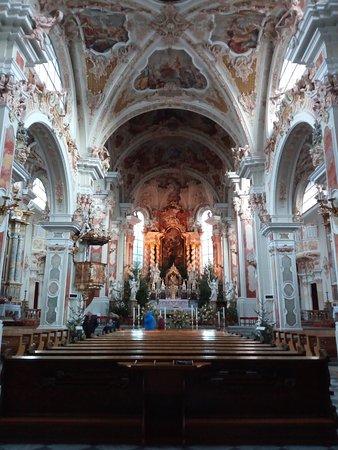 Varna, Italia: L'interno della basilica romanica