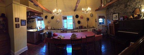 Maison La Chapeliere : Common area/dining room