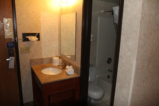 Motel 6 Eau Claire: A little cramped, if your more than 2 people.