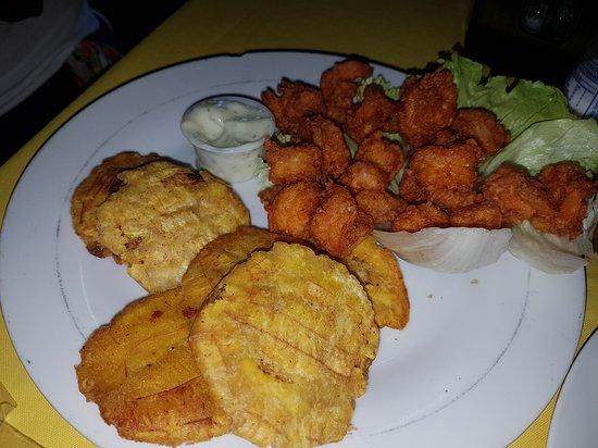 Aguadulce, Панама: Camarones apanados con patacones.