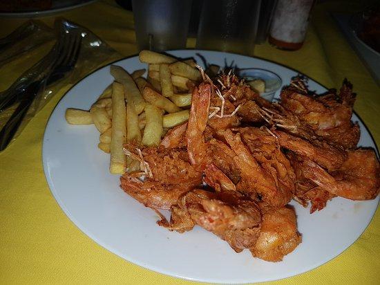 Aguadulce, Панама: Camarones fritos en su cáscara con papas.