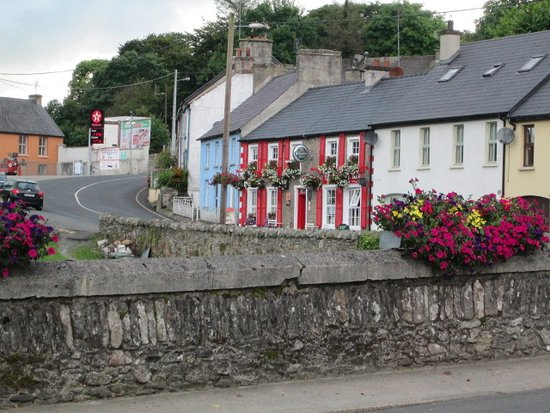 Ramelton, Ierland: The Bridge Bar's pretty front from afar