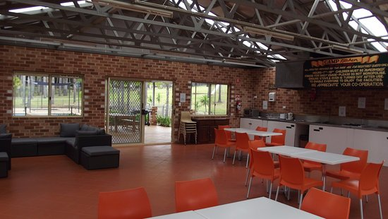 Milton, Australia: Camp kitchen includes 6 BBQ's 2 large fridges, indoor and outdoor seating.