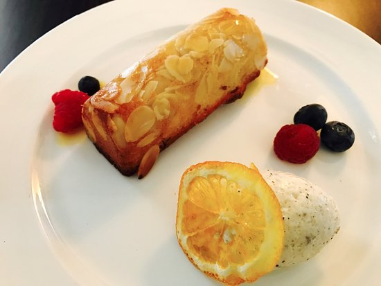 The Lounge at Lilianfels : Warm almond cake with praline cream chantilly