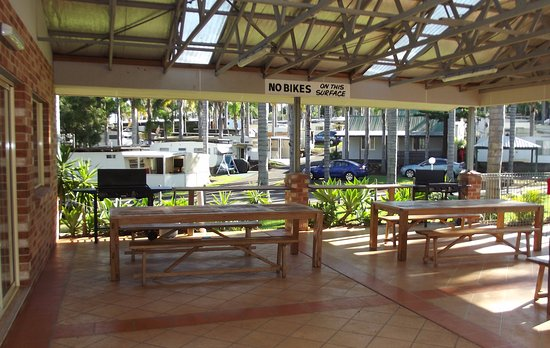 Milton, Australia: Outdoor BBQ's and dining area right next to the pool.