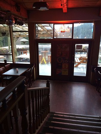 Bowen Island, Canada: the pub has an outdoor deck as well