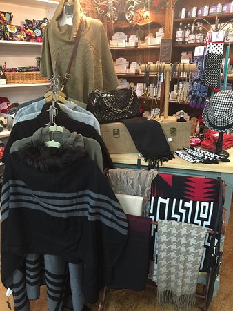 Crescent City, CA: Great selection of scarves, bags and jewelry