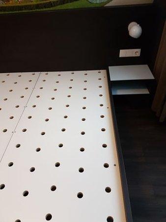 MEININGER Hotel Wien Downtown Sissi: Spanplatte als Lattenrost mit einer Matratze die kein Zentimeter nachgibt