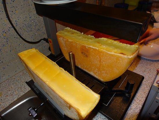 Michel's Stallbeizli: Traditionell wird das Gstaader Raclette unter dem Ofen gebraten und abgestrichen