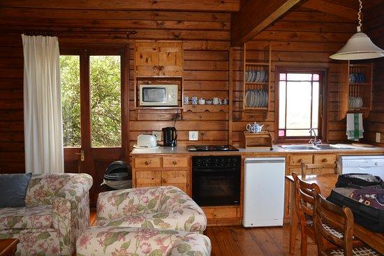gemütliches Wohn/Esszimmer mit Küche - Bild von Monkey Valley Resort ...