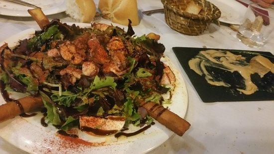 Proaza, España: Ensalada de pulpo con salsa de langostinos