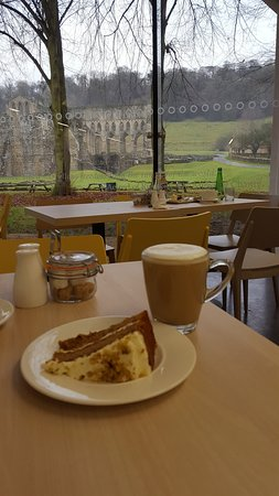 Helmsley, UK: Rievaulx Abbey Cafe with a view