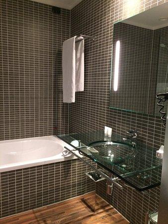 Il bagno con il lavandino di vetro - Foto di AC Hotel Brescia ...