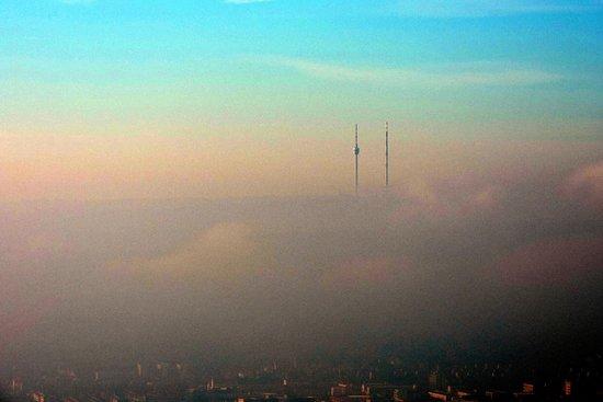 Fellbach, Alemania: Вид на Штуттгарт скрыт в тумане