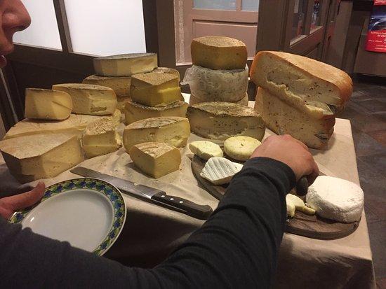 Benevello, อิตาลี: formaggi stagionati e freschi al carrello