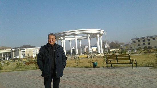 Qarshi, Uzbekistan: Выезжаем к мечети. Рядом с отелем Хазар