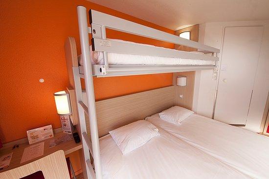 chambre triple lits jumeaux plus un lit superpos. Black Bedroom Furniture Sets. Home Design Ideas