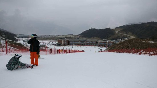 Taiziling Ski Resort: the view down from the 'intermediate' slope