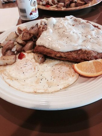 Los Banos, Καλιφόρνια: You will never forget Courthouse Diner's Chicken Fried Stk breakfast!