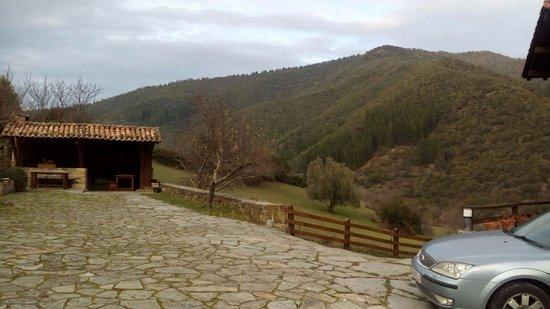 Cabezon de Liebana, Spanien: Zona de barbacoa y parking