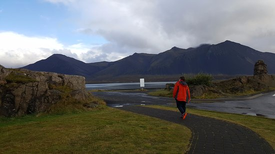 Borgarnes, Islandia: Outside the Centre, walk around the back for seaside views and monuments