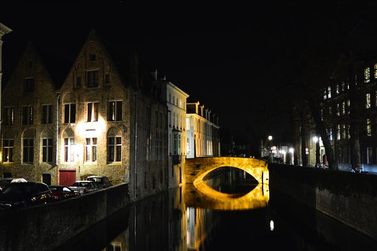 Hotel Ter Brughe: Hotel at night