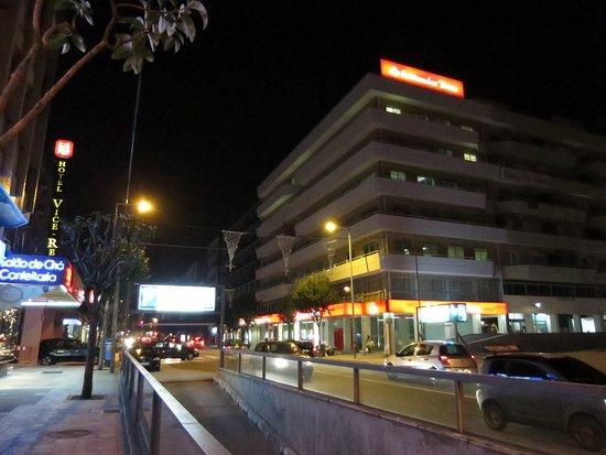 Albergaria Residencia do Vice-Rei: Vista exterior do hotel à esquerda