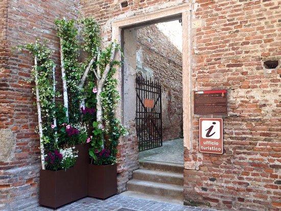 Cittadella, Italy: Ingresso dell'ufficio Turistico IAT dalla strada a Porta Bassano