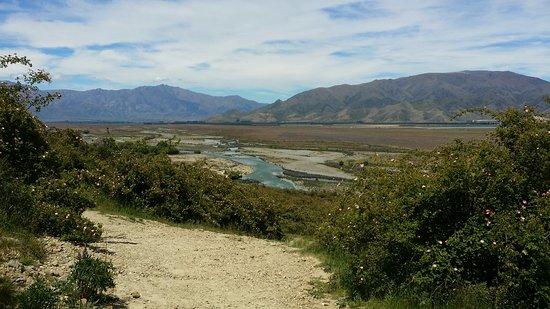 Omarama, Nouvelle-Zélande : 절벽가는 길에서 바라본 강과 평원의 풍경