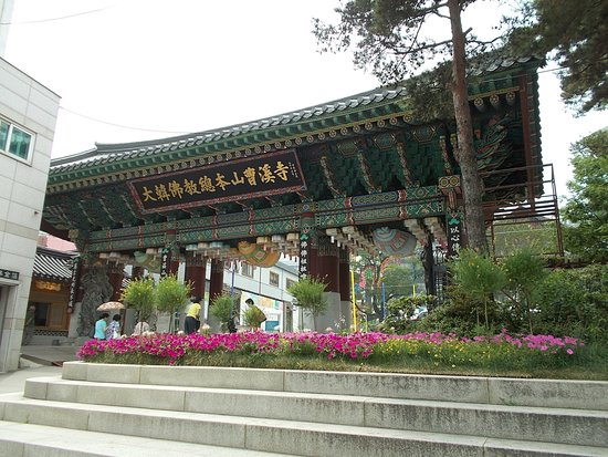 Jogyesa Temple: The temple entrance gate seen with the beautiful flowers right outside
