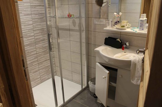 Hôtel du Crêt Rond : Salle de bain avec douche à l italienne