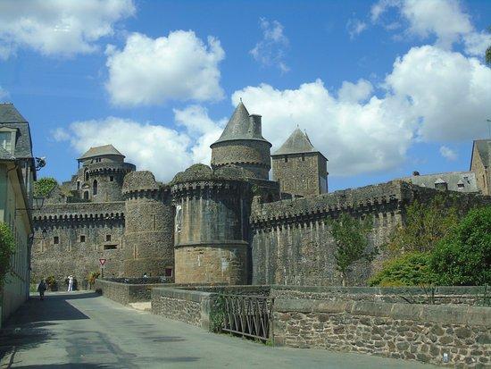 Fougeres, France: poterne et les remparts