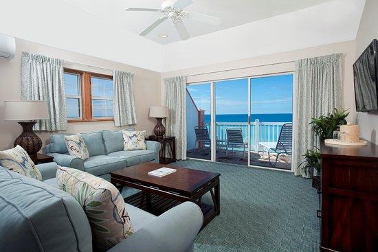 Pompano Beach Club: oceanview suite living room
