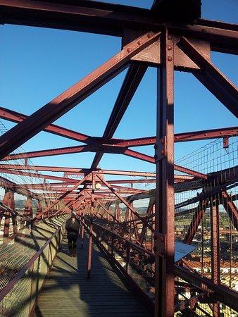 Province of Vizcaya, Spain: Passaggio sulla cima del ponte