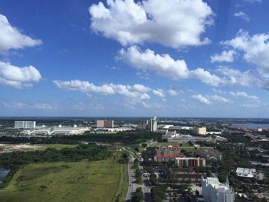 The Orlando Eye: Ao fundo dá pra ver o centro de convenções de orlando (construção branca com vidros esverdeados)