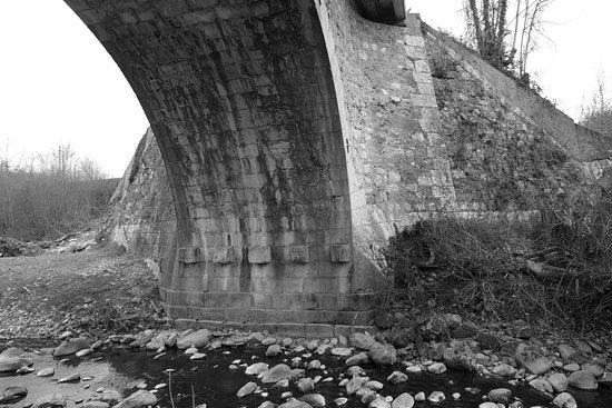Saint-Julien-en-Genevois, France: Pont Manera janvier 2017 une pile