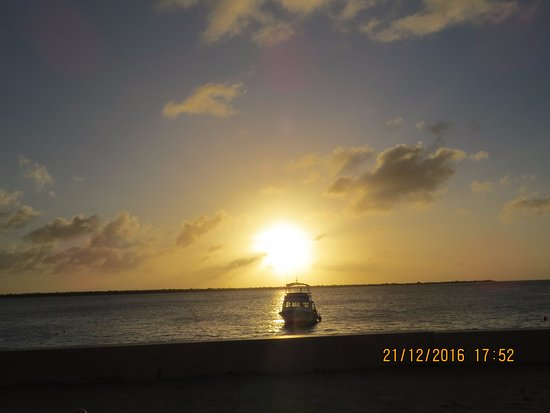 بادي دايف ريزورت: por do sol visto da praia do hotel