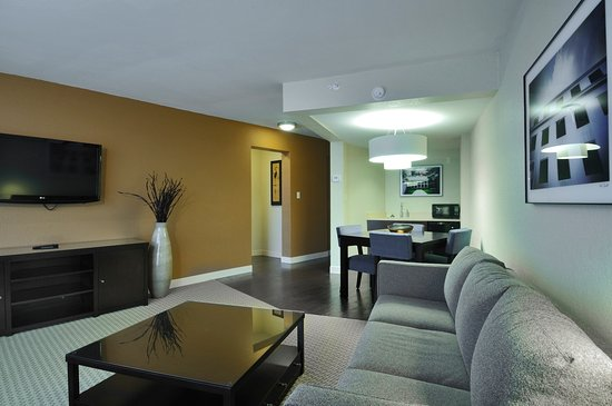 Four Points by Sheraton Tallahassee Downtown: King Suite - Living area