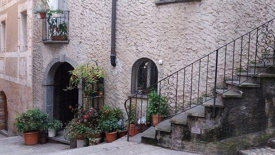 Borgo Antico: Muitos cantinhos na subida para a igreja que lembram as cidades da Toscana