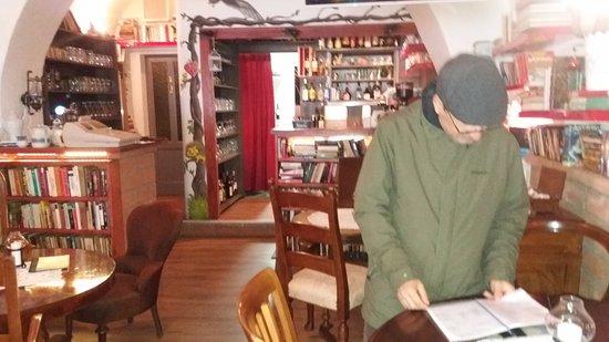 Borgo Antico: Interior de um café, com uma biblioteca incrível