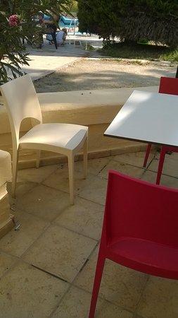 Kalithea Sun & Sky Hotel : salle à manger extérieur , mégots tâches papiers aliments
