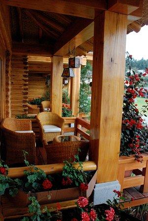 Hosteria Cabanas del Lago: Balcones de las cabañas.  Para descansar, leer, tomar un vino o simplemente ser feliz :)