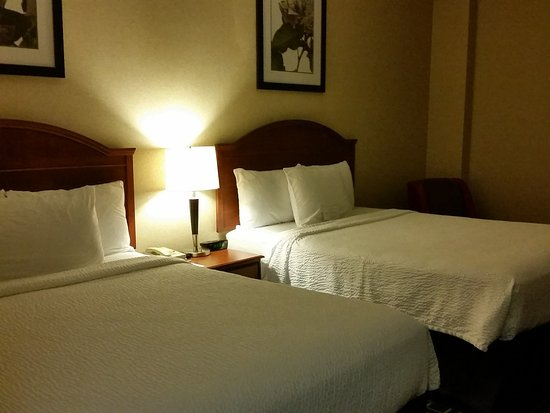 Fairfield Inn Toronto Oakville: Two Queen beds with very comfortable pillows