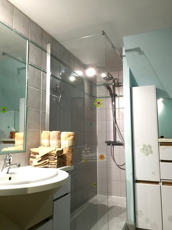 En Germolles: Salle de bains .. chambre Jaune